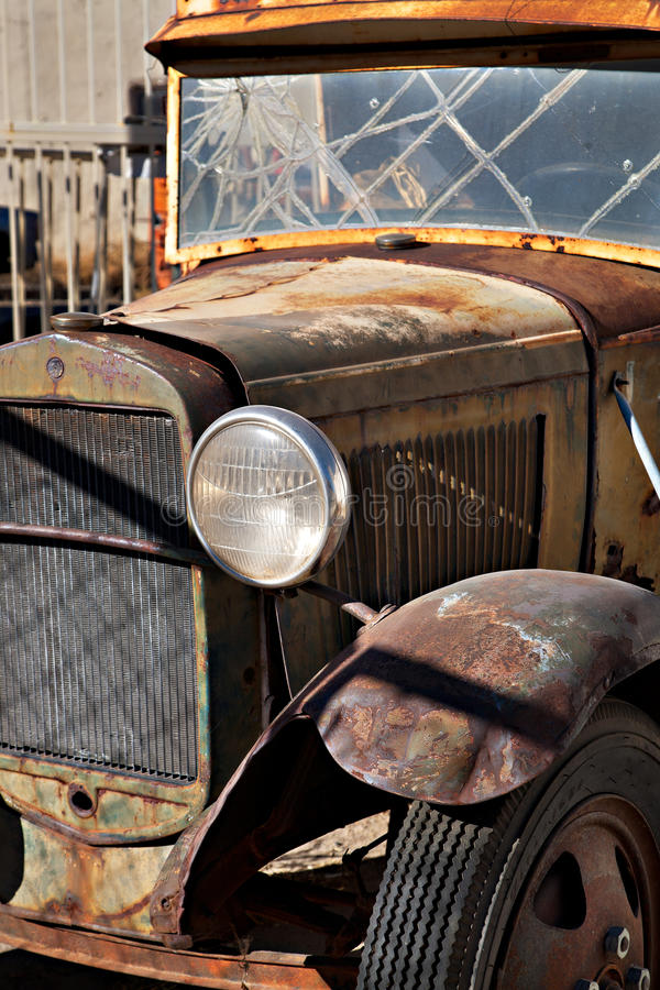 Ein wirklich altes rostiges Auto mit unterbrochenem Fenster lizenzfreie stockbilder