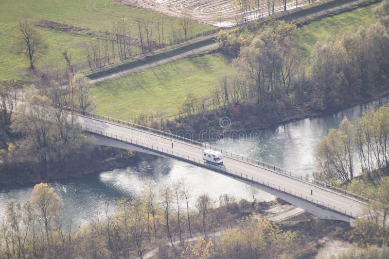 Ein Wohnwagen, der auf eine Brücke fährt stockfoto