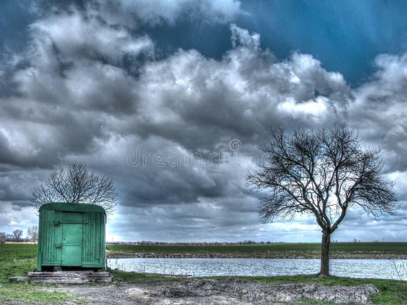 Ein Wohnwagen durch den Teich lizenzfreie stockfotografie