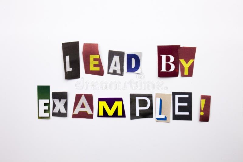 Ein Wortschreibenstext, der Konzept der Führung durch das Beispiel gemacht vom unterschiedlichen Zeitschriftenzeitungsbuchstaben  lizenzfreies stockfoto