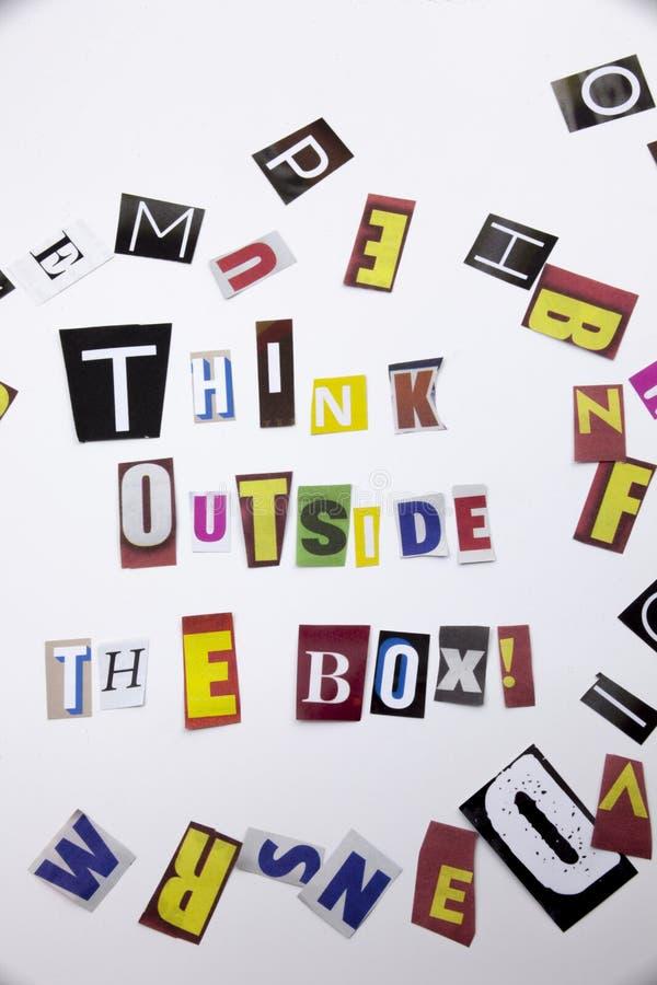 Ein Wortschreibenstext, der Konzept von Think außerhalb des Kastens hergestellt vom unterschiedlichen Zeitschriftenzeitungsbuchst stockfotos