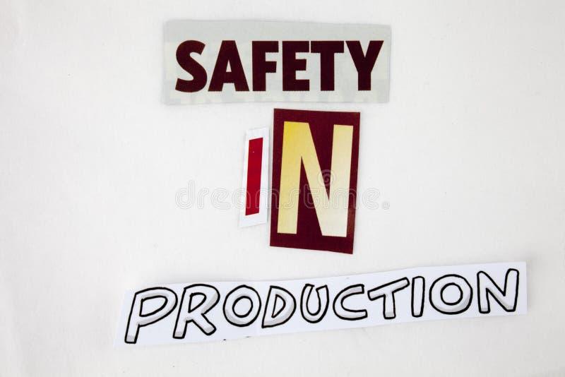 Ein Wortschreibenstext-Vertretungskonzept der Sicherheit in der Produktion gemacht vom unterschiedlichen Zeitschriftenzeitungsbuc stockfotos