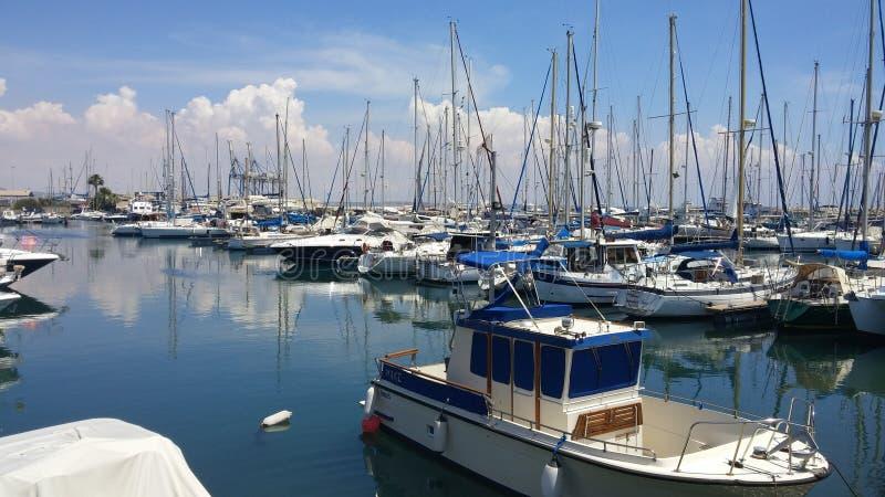 Ein wunderbarer Sommermorgen an Larnaka-Jachthafen lizenzfreie stockfotos
