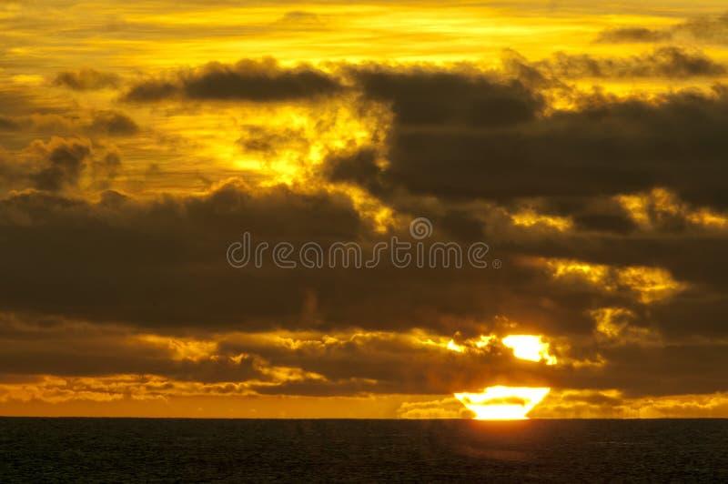 Ein wunderbarer Sonnenuntergang im tropischen Paradiessandstrand stockbilder