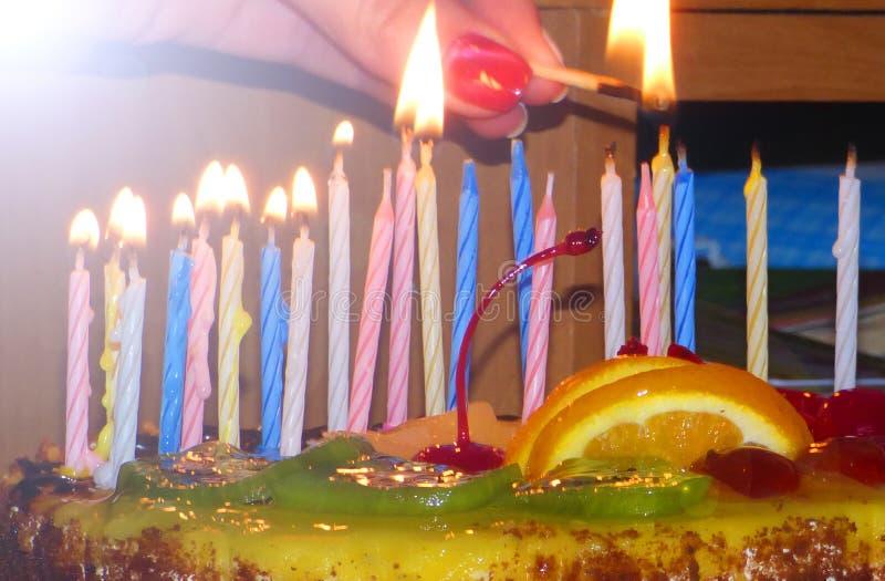 Ein wunderbares Geburtstagskonzept mit Kuchen und Kerzen lizenzfreies stockbild