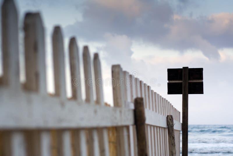Ein Zaun In Der Dämmerung Stockfotos
