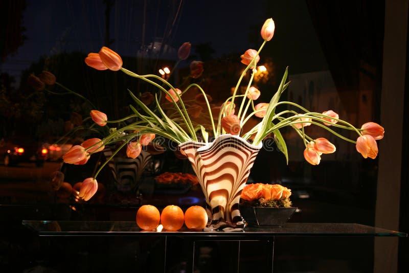 Ein zebra-gestreifter Vase mit Tulpen stockfoto