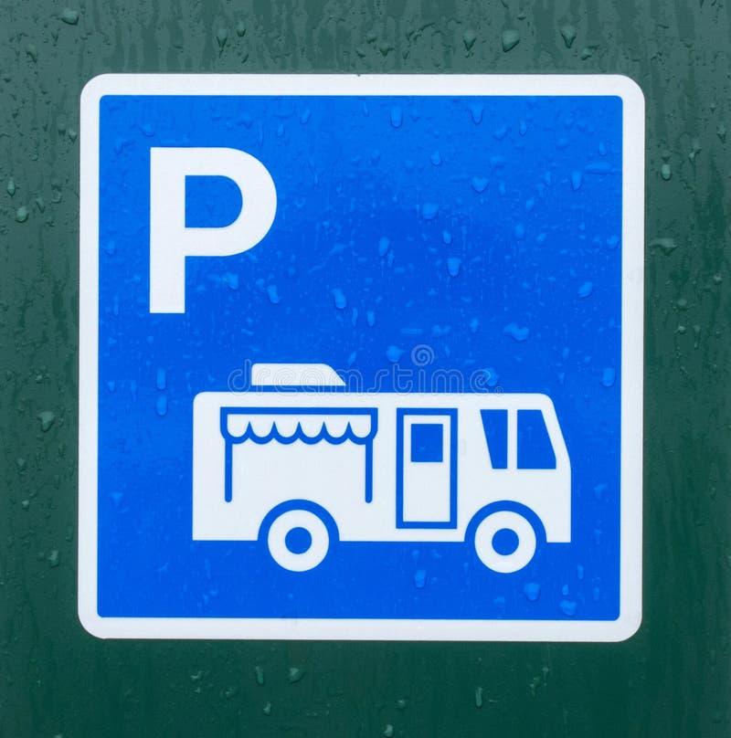 Ein Zeichen, das einen Parkplatz für größere Fahrzeuge an einem Campingplatz in Nord-Kanada anzeigt lizenzfreie stockbilder