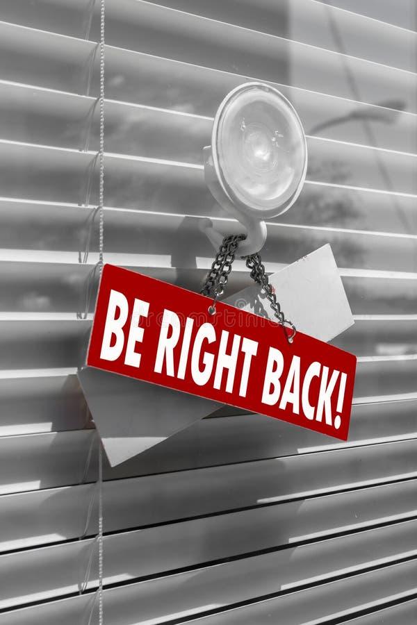 Ein Zeichen, das ` sagt, ist rechtes hinteres ` auf einer Glastür mit einem Weiß, geschlossene Jalousie stockbild