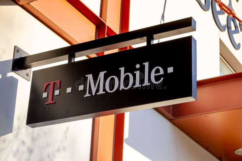 Ein Zeichen für einen T-Mobile-Speicher lizenzfreie stockbilder