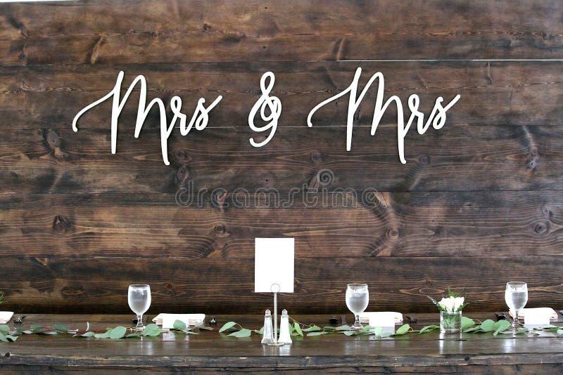 Ein Zeichen hinter der Haupttabelle an einer lesbischen Hochzeit lizenzfreies stockbild