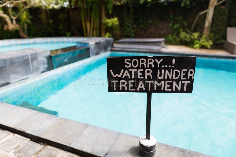 Ein Zeichen neben Swimmingpool lizenzfreie stockfotografie