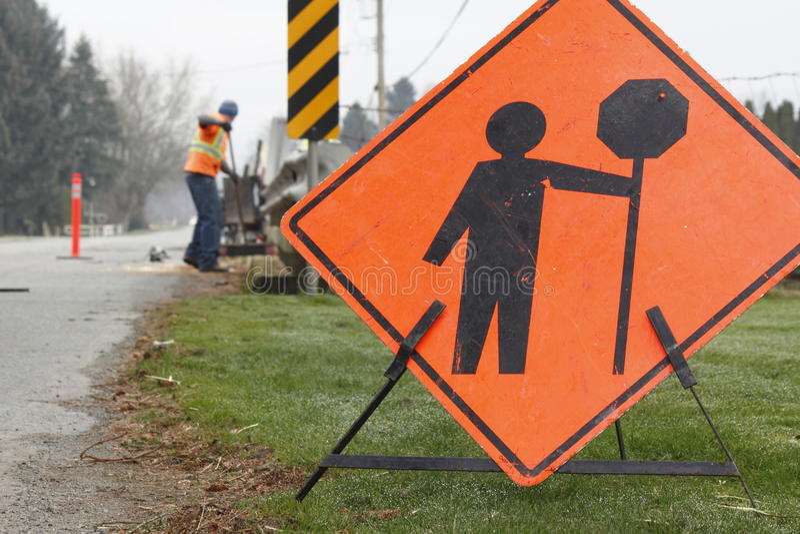 Straßen-Reparatur-Zeichen und Mannschaft stockbild