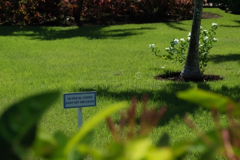 Ein Zeichensagen halten weg vom Gras stockfoto
