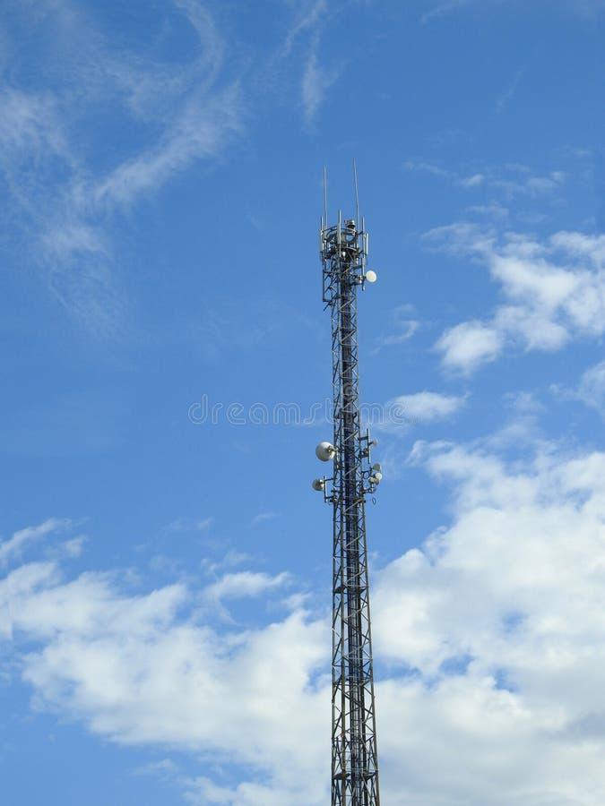 Ein Zellturm von unterhalb gesehen Auf dem Hintergrund der blaue Himmel stockbild