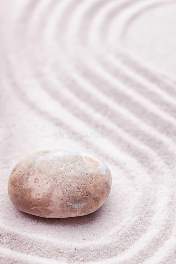 Ein Zengarten mit einem Marmorfelsen- und Wellenmuster im Sand stockfotografie