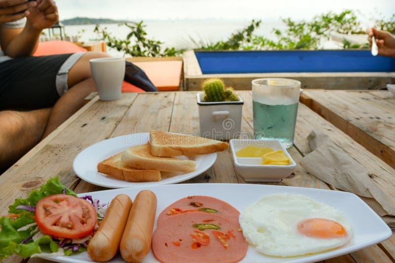 Ein zufälliges Frühstück auf dem Tisch lizenzfreie stockfotografie