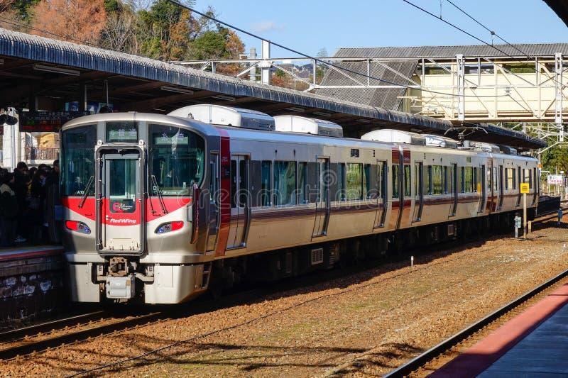 Ein Zug, der an der Station in Hiroshima, Japan stoppt lizenzfreie stockbilder