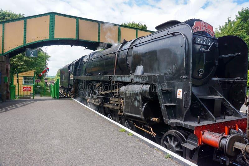 Ein Zug, wie er eine Station an der mittleren Hants-Dampfeisenbahn einträgt lizenzfreie stockbilder