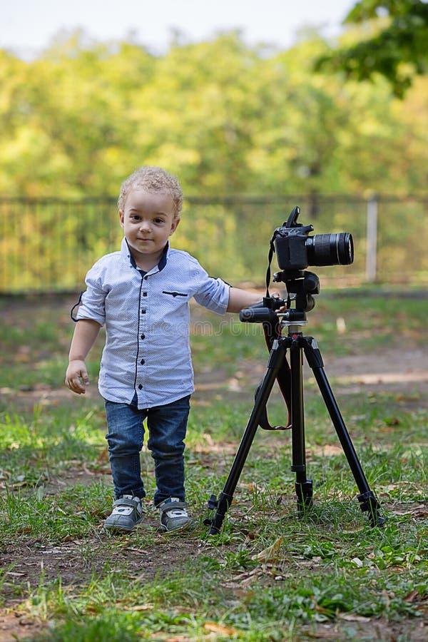 Ein zwei-Jahr-alter Junge ist Fotograf stockbilder