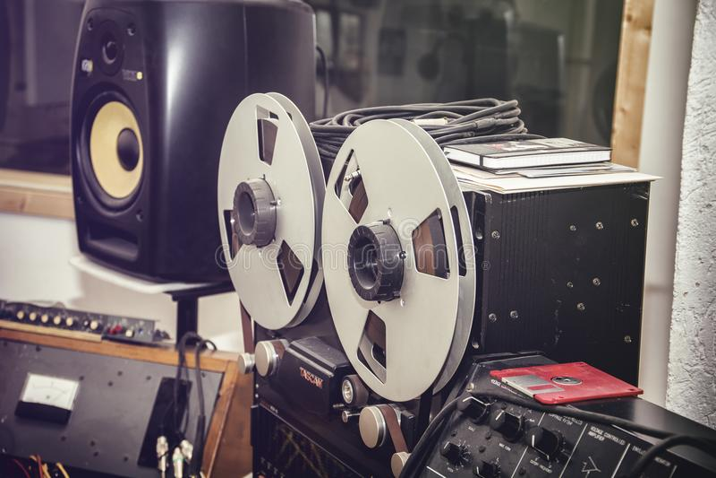 Ein Zweispulenrecorder im Studio stockfotografie