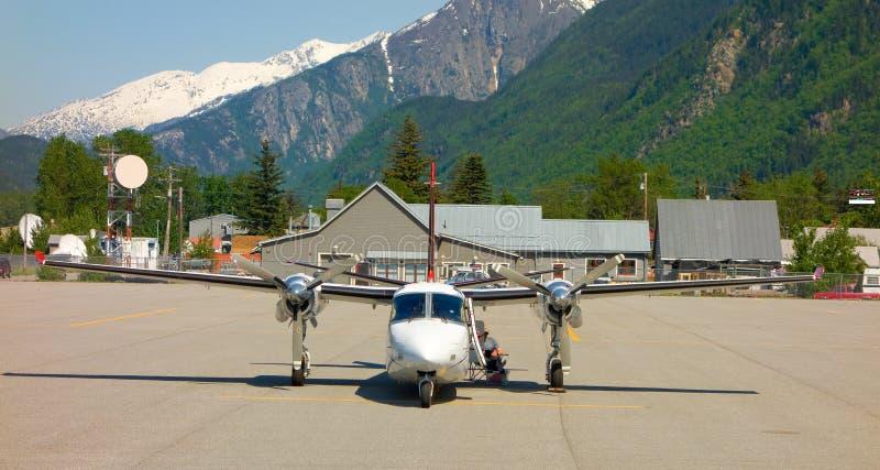 Ein zweistrahliges Flugzeug benutzt für Ausflüge in Alaska stockfotos