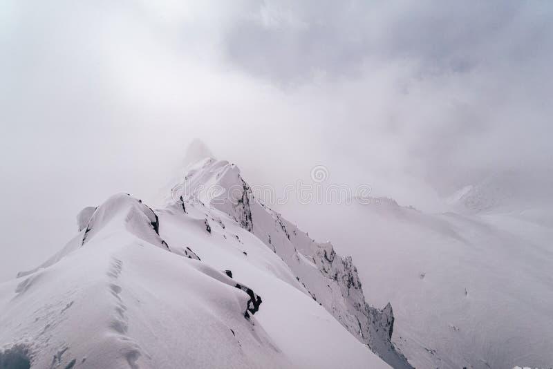 Einatemberaubende Sicht auf die schneebedeckten Alpen im Mont Blanc Massif lizenzfreie stockfotos