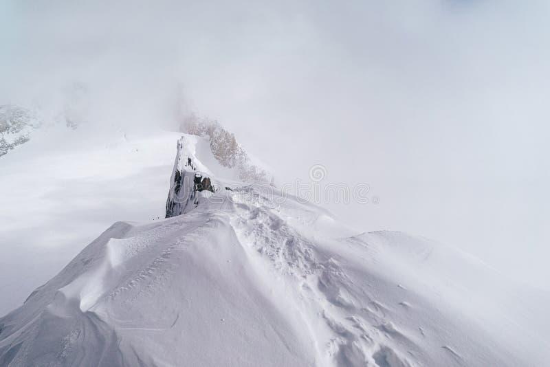 Einatemberaubende Sicht auf die schneebedeckten Alpen im Mont Blanc Massif stockfoto