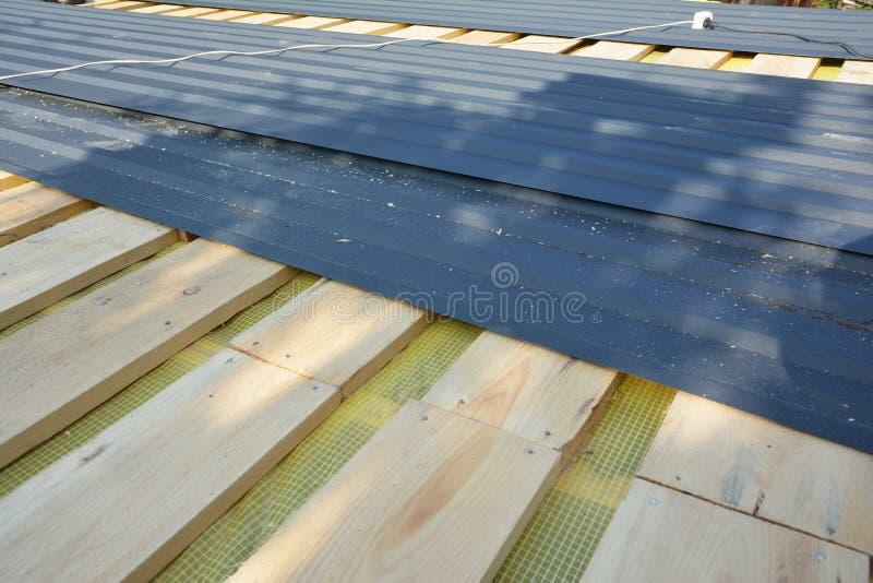 Einbau von Dachziegeln aus Metall Dachkonstruktion mit Dachblechen aus Metall stockbild