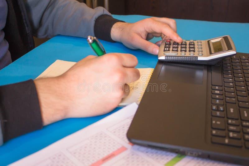 Einblick in den Buchhalter oder Finanzinspekteur macht Bericht, berechnet oder prüft den Saldo stockfoto