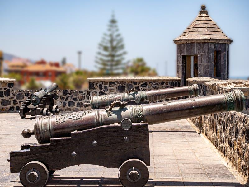 Einblick in die Vergangenheit von alten Festungskanonen stock abbildung