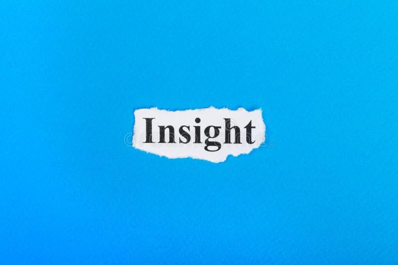 Einblicktext auf Papier Wort-Einblick auf heftigem Papier Figürchen, die auf dem Recht und dem Rest auf einem stockfotografie