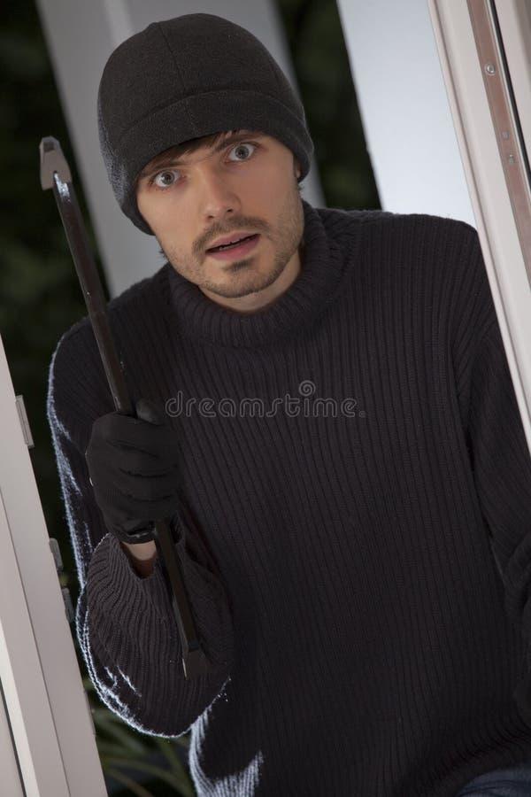Einbrecher mit Brechstange stockbilder
