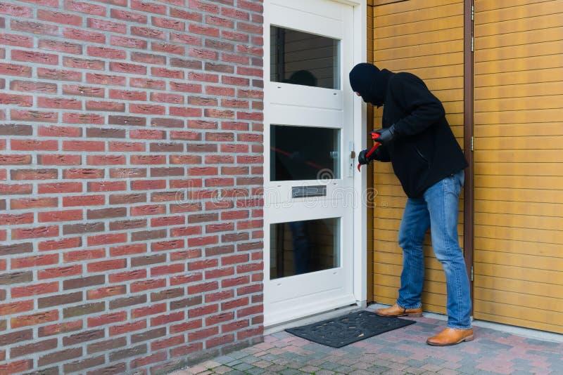 Einbrecher mit einer Brechstange lizenzfreie stockfotos