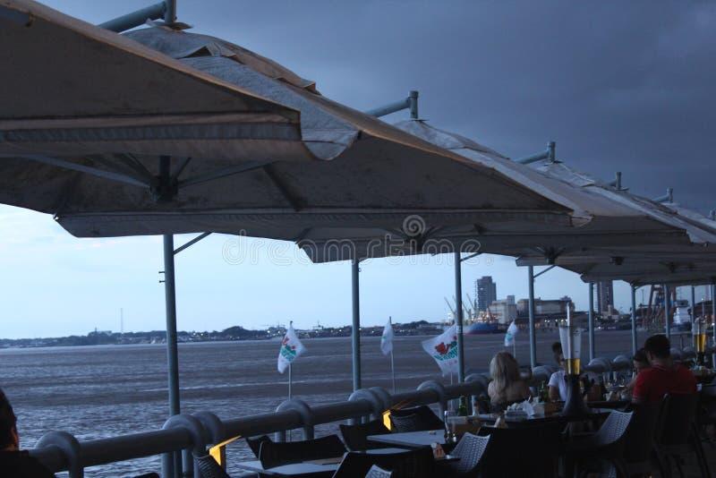 Eind van dag bij de rivierhaven van Estação das Docas stock afbeeldingen