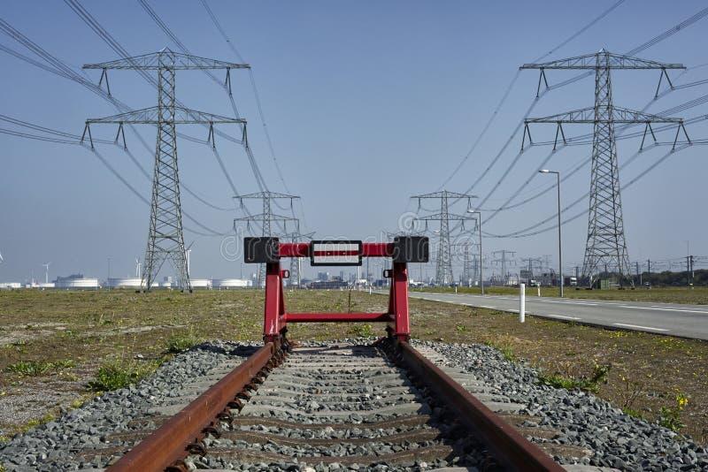 Eind van de lijn Een rode spoorweg sluit het eind van roestige trai af royalty-vrije stock afbeelding