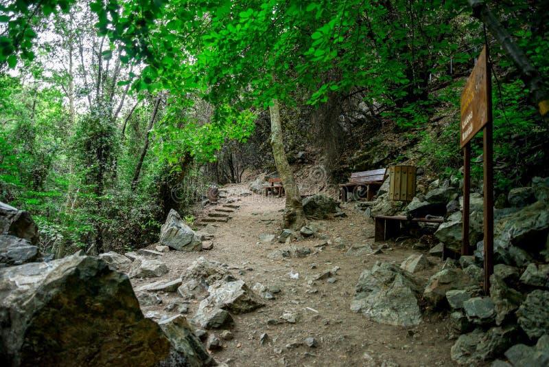 Eind van wandelingstrek aan Caledonia-waterval in Platres, Cyprus stock fotografie