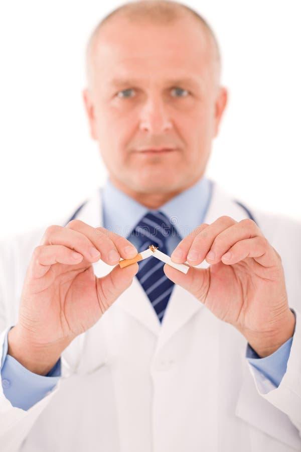 Einde dat de rijpe mannelijke sigaret van de artsenonderbreking rookt stock fotografie