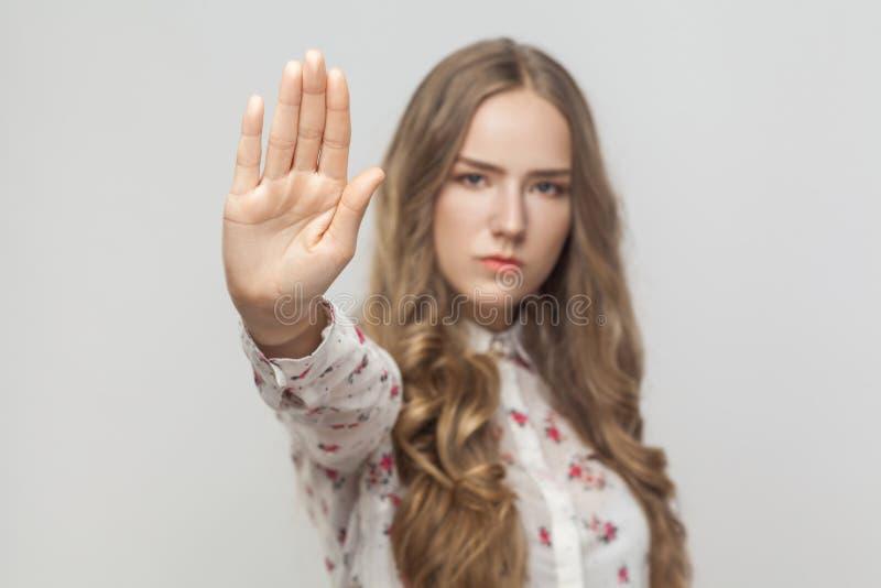 Einde nu! Vrouw die waarschuwingsbord tonen royalty-vrije stock afbeelding