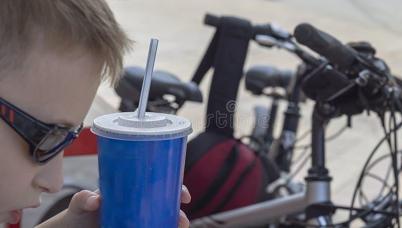 Einde voor een snack op een fietsrit rond de stad royalty-vrije stock fotografie