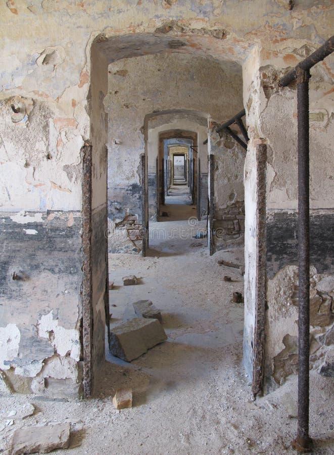 Eindeloze deuren in de uitstekende oude geruïneerde bouw met beschadigd plaste royalty-vrije stock afbeeldingen