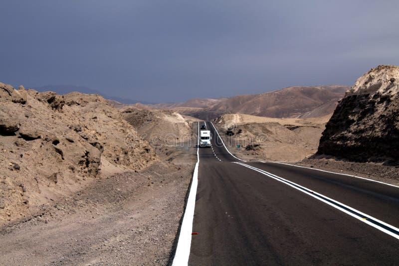 Eindeloze Panamericana Ruta 5 door onvruchtbaar landschap in het Noorden van Chili, Atacama-woestijn royalty-vrije stock afbeeldingen