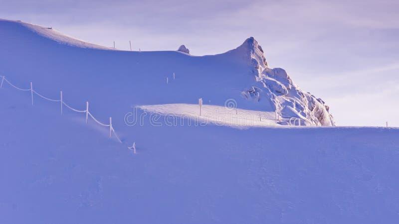 Eindeloze verblindende bleekheid bij zonnige ochtend op de bovenkant van Kaprun-gletsjer bij Oostenrijkse Alpen stock foto