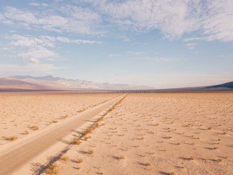Eindeloze weg aan de horizon door de Doodsvallei royalty-vrije stock foto