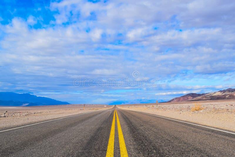 Eindeloze weg in de Doodsvallei stock afbeelding