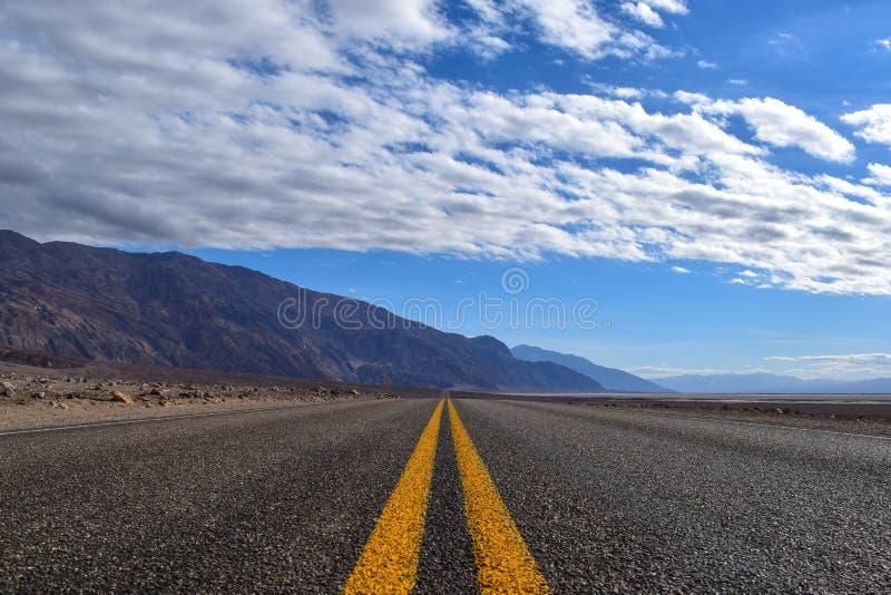 Eindeloze weg in de Doodsvallei stock afbeeldingen