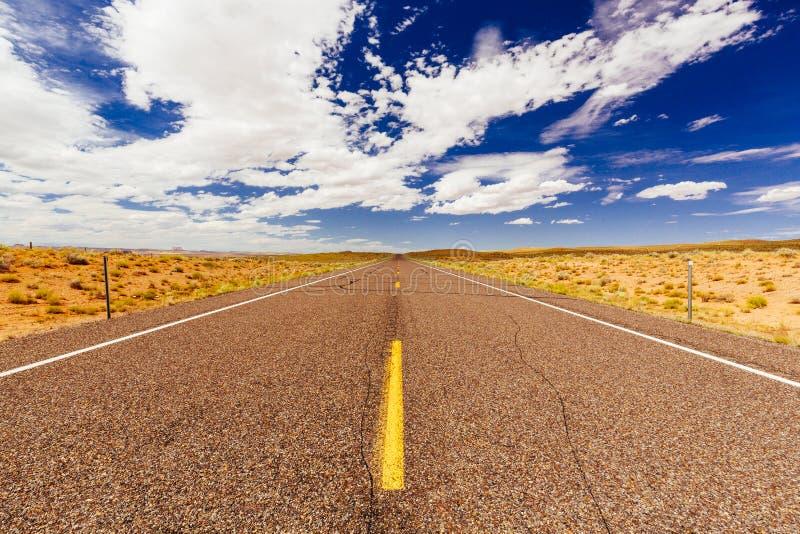 Eindeloze weg, geen verkeer, Weg 24, Emery County, Utah, de V.S. royalty-vrije stock afbeelding