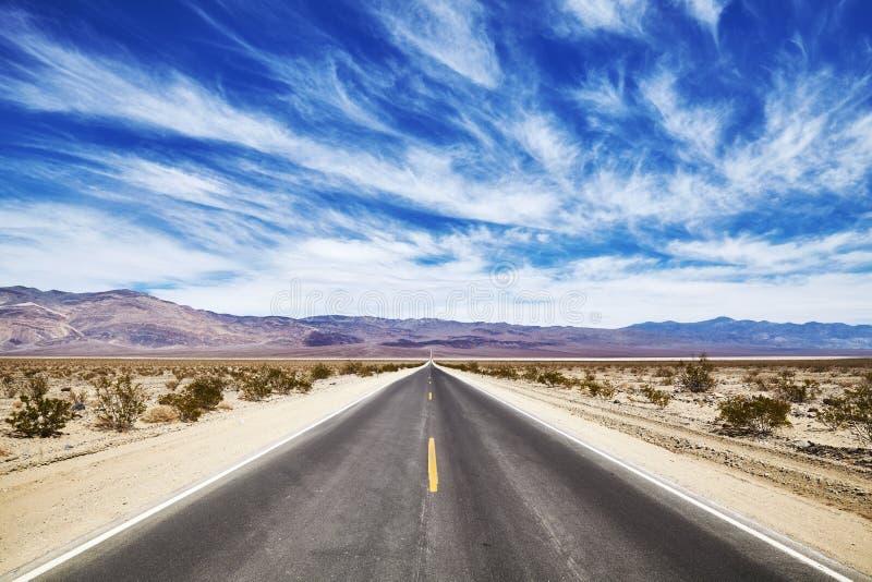 Eindeloze woestijnweg in de Doodsvallei royalty-vrije stock fotografie