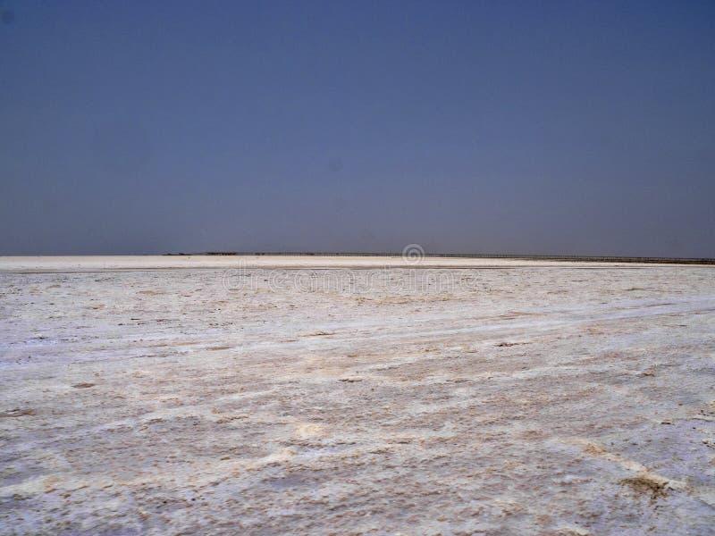 eindeloze zoute woestijn in de Danakil-depressie ethiopi? stock afbeelding