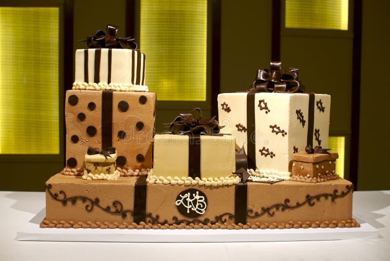 Eindeutiger mehrschichtiger Brown und weißer Hochzeits-Kuchen lizenzfreie stockfotografie